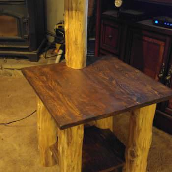 Pallets Meet Cedar Logs: Cabin Pallet Table/Lamp Combo