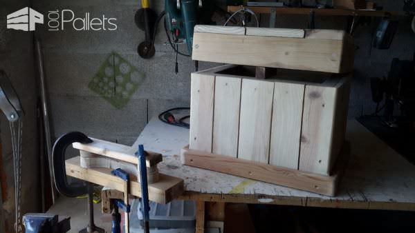 Diagonal-topped Pallet Chest/Seat Features Carved Handle Pallet Boxes & Chests