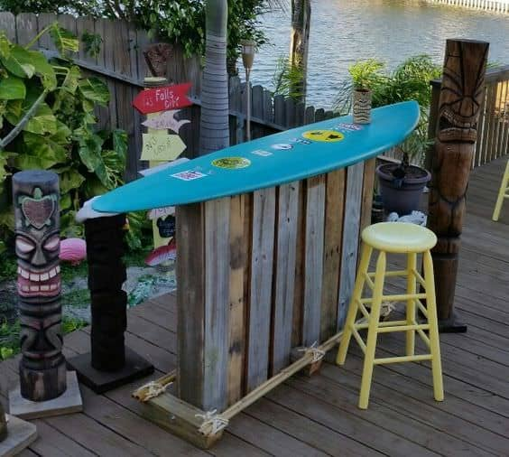 Only Two Pallets Made This Totally Tubular Surf Themed Backyard Bar DIY Pallet Bars