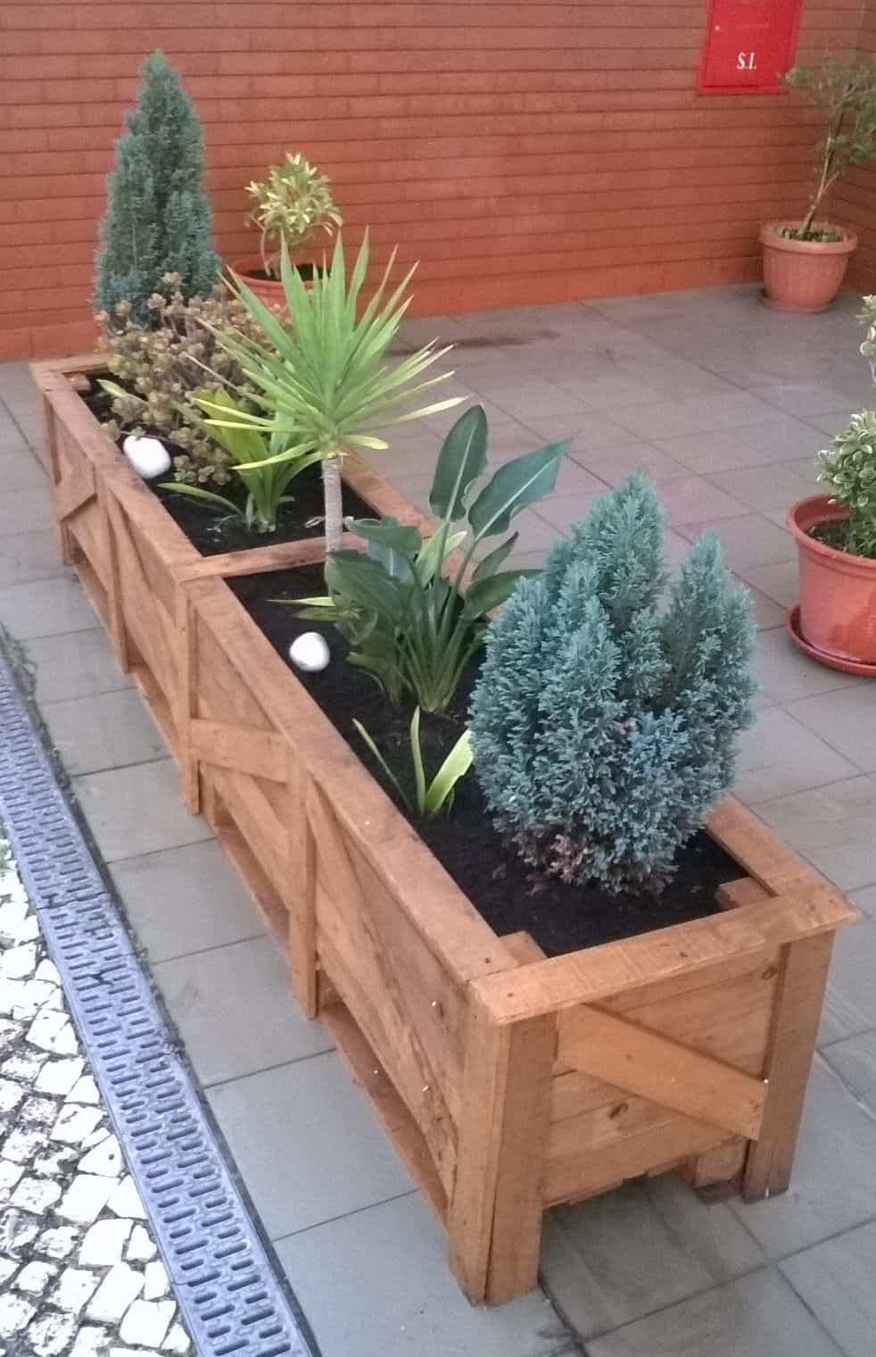 Pair o 39 patio pallet planters 1001 pallets for Flower beds out of pallets