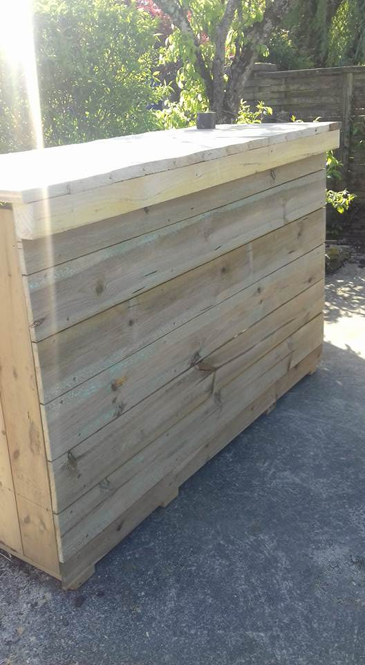 Homemade Pallet Bar Creates Great Outdoor Gathering Space