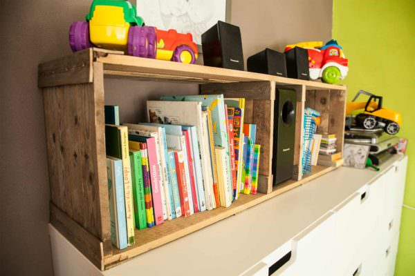 Rustic Pallet Bookshelves For Kid's Room / Etagère Rustique En Bois De Palettes Pallet Bookcases & Bookshelves