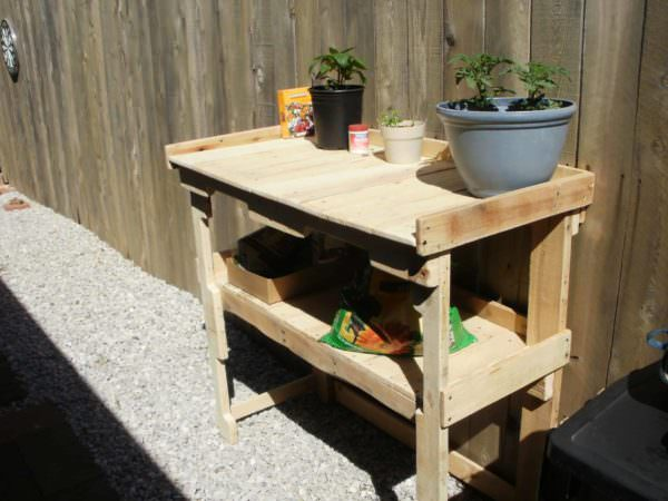 Simple Pallet Potting Bench / Work Bench Pallet Benches, Pallet Chairs & StoolsPallet Desks & Pallet Tables