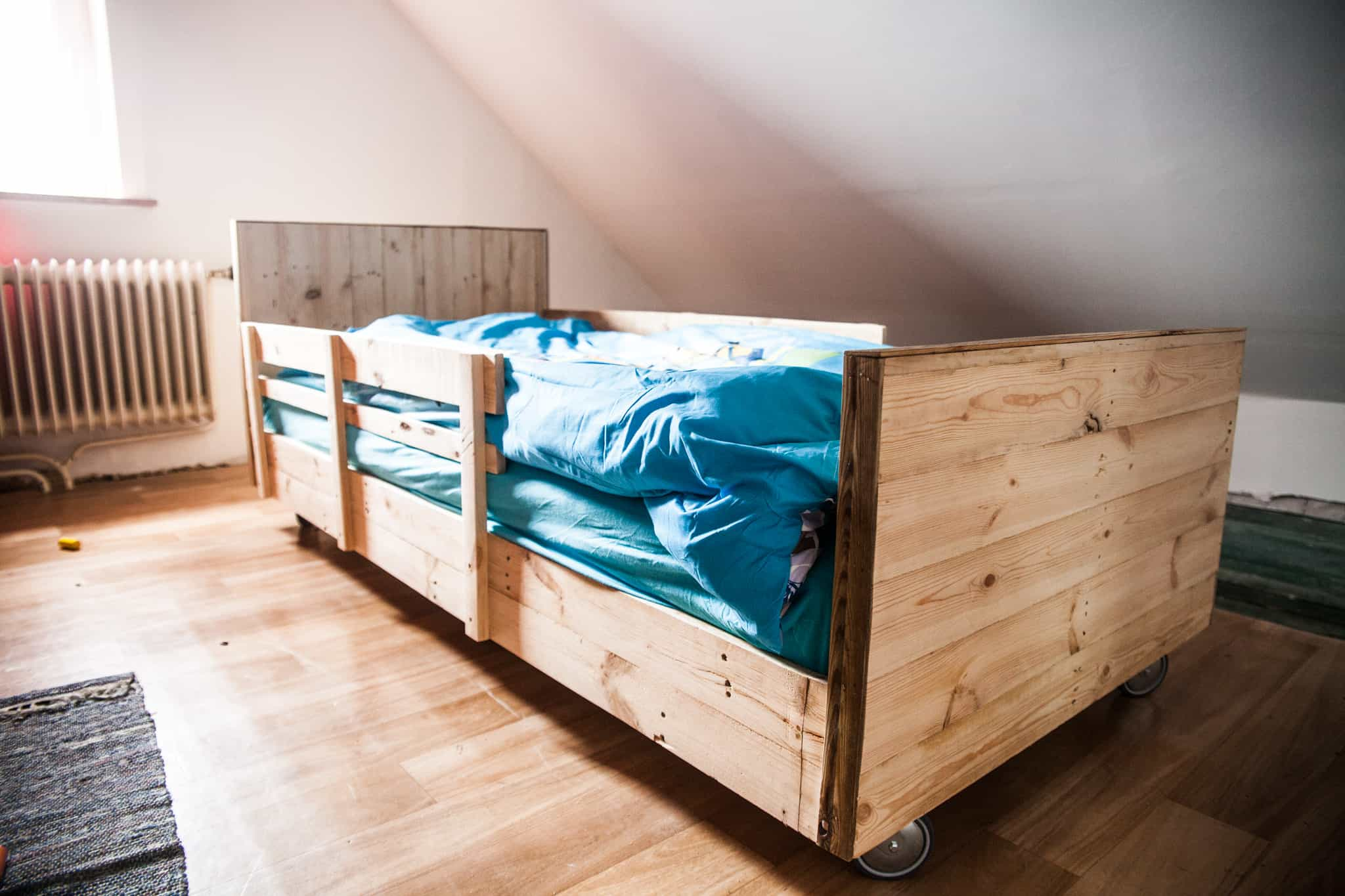 boy 39 s pallet bed lit roulettes en bois de palettes 1001 pallets. Black Bedroom Furniture Sets. Home Design Ideas