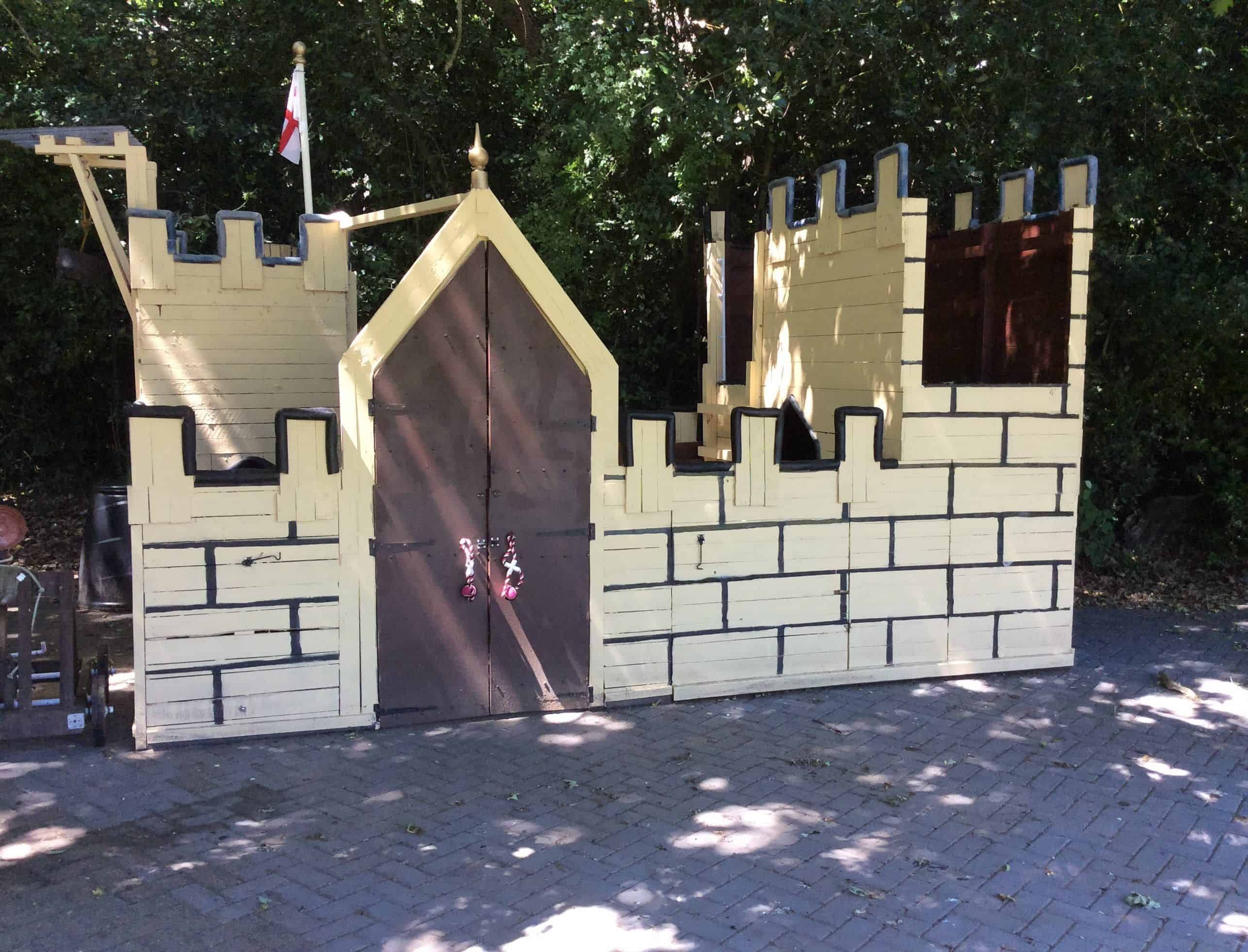 Terrific pallet wood castle will make kids smile 1001 for How to build a castle home