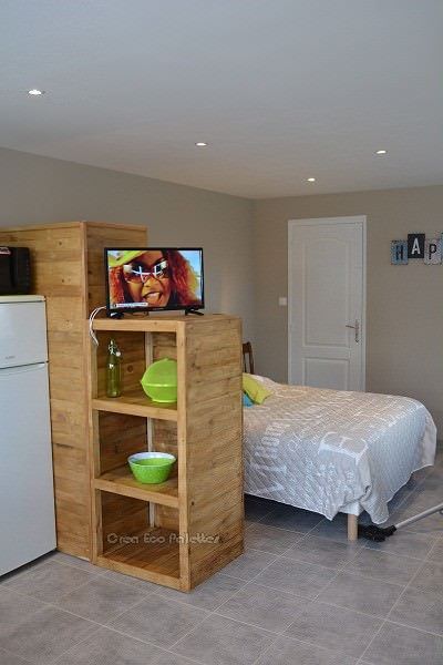 This Pallet Bedroom Set is very flexible with lots of storage for very little $