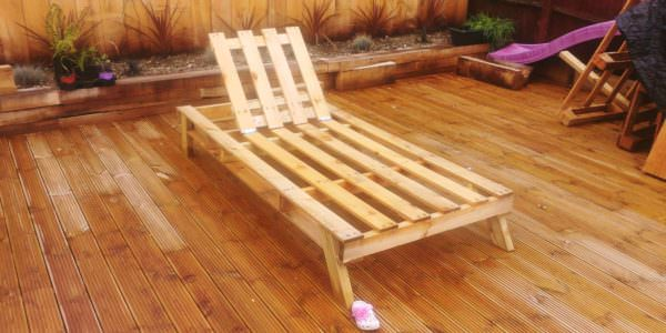 This Pallet Sun Lounger will have you chillin' in the backyard with only one oversized pallet and four hinges!
