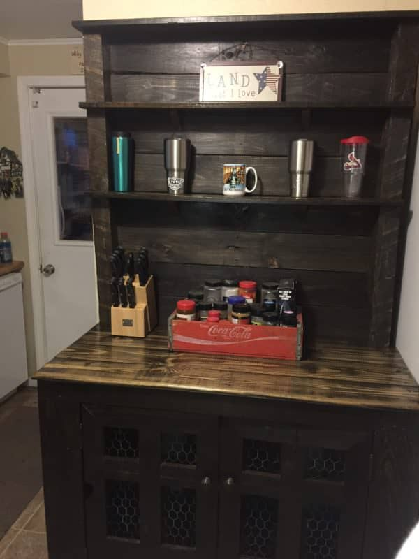 the finished Country-Style Pallet Hutch.