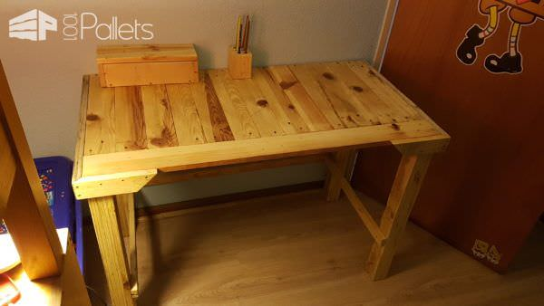 A beautiful School Days Pallet Project: a pallet desk that features the gorgeous natural grain of pallet wood.