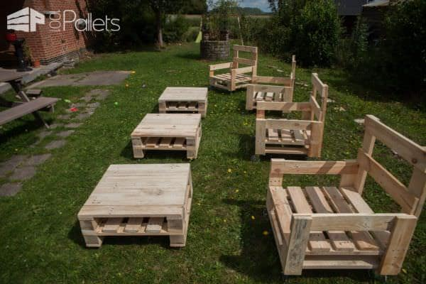 Add a coffee table on wheels and this Pallet Armchair set is perfect for family gatherings and a busy lifestyle.