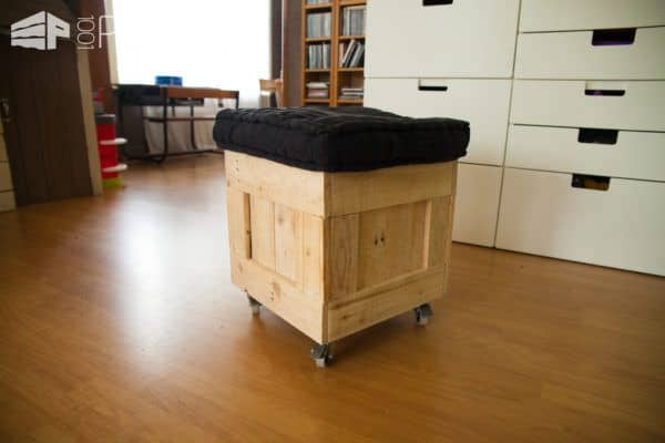 This Pallet Pouf Seat only needs a removable lid and it could do double-duty as a storage cube.