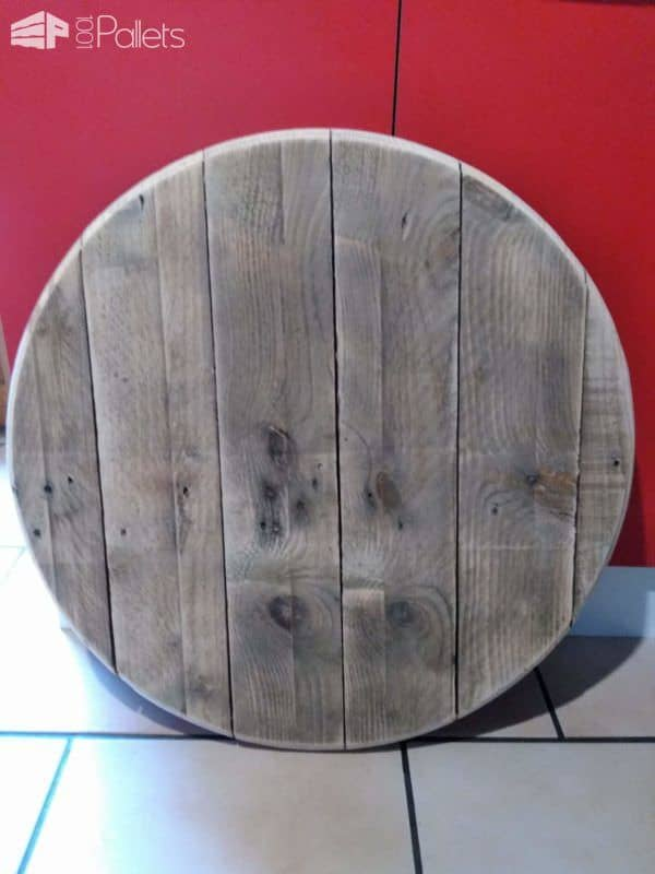 Start your Mash Pallet Clock by glueing several pallet boards together after sanding them down. When the glue was dry, I cut out a circle and then sanded the edges smooth.