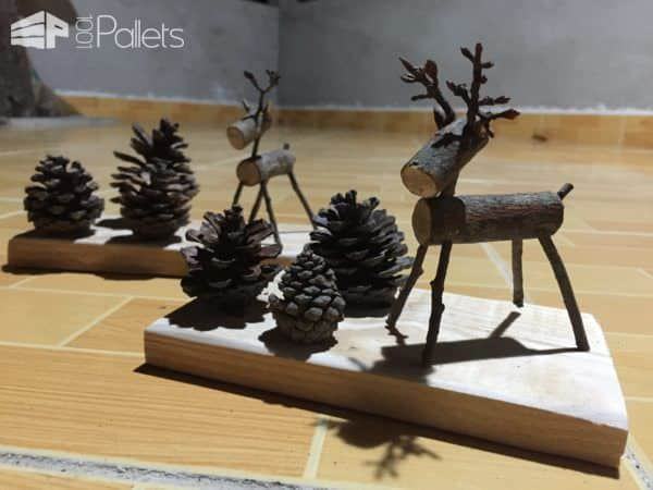 Bring holiday cheer to your desk with these pallet reindeer! Absolutely adorable Pallet Holiday Decor ideas!