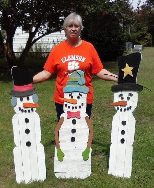 Pallet Holiday Decor like this trio of pallet snowmen for your yard will make even the hottest area feel like Christmas.