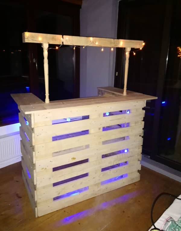 Stair Spindle Pallet Bar Makes Easy Backyard Project! DIY Pallet Bars