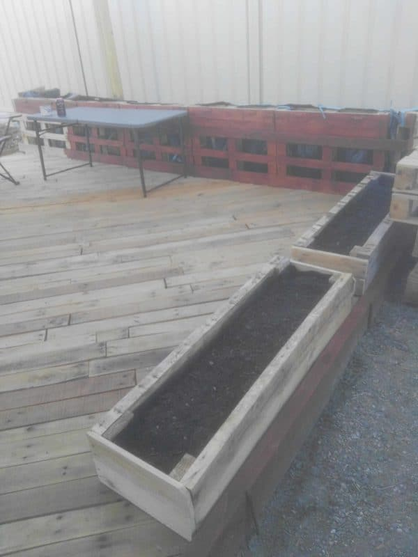 Outdoor Deck & Planter Boxes from 94 Wood Pallets!