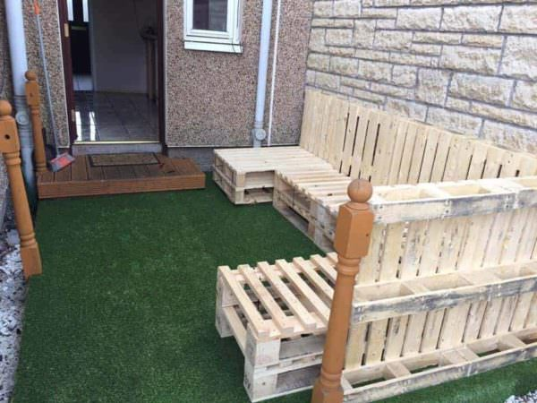 How to Transform Your Old Deck with Upcycled Pallets