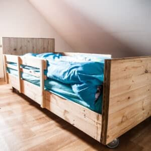 1001pallets.com-diy-video-tutorial-boy-s-pallet-bed-lit-a-roulettes-en-bois-de-palettes-03