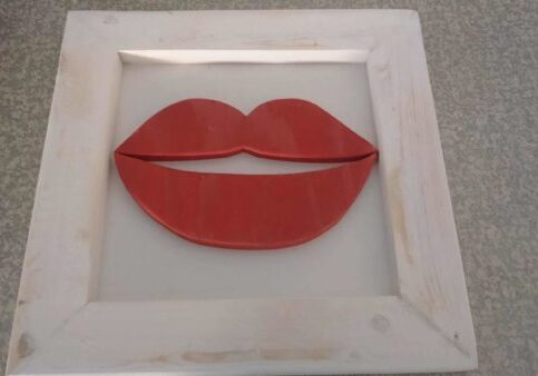 1001pallets.com-framed-red-lips-from-scrap-pallet