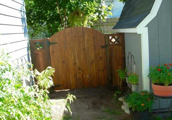 1001pallets.com-gate-and-small-fence-using-pallet-wood