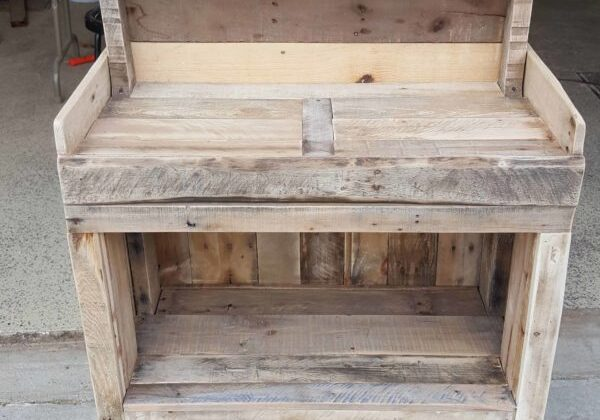 1001pallets.com-back-porch-gardeners-hutch