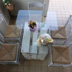1001pallets.com-glass-pallet-dining-table-uses-upcycled-dining-chairs-tavolo-fatto-con-il-pallet-e-sedie-riciclate-01