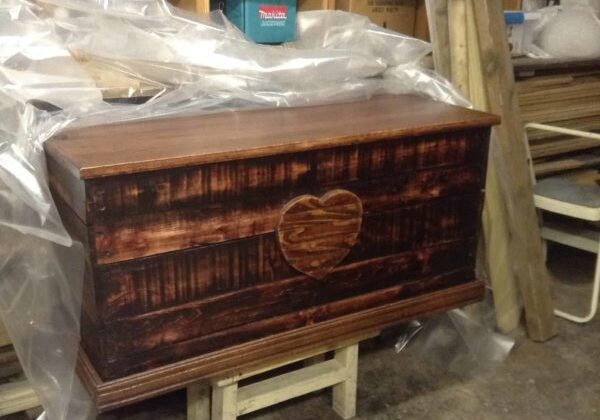 1001pallets.com-heirloom-pallet-trunk-adds-charm-anywhere-02