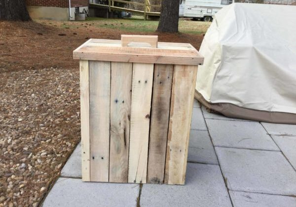 1001pallets.com-modified-outdoor-pallet-wood-trash-can