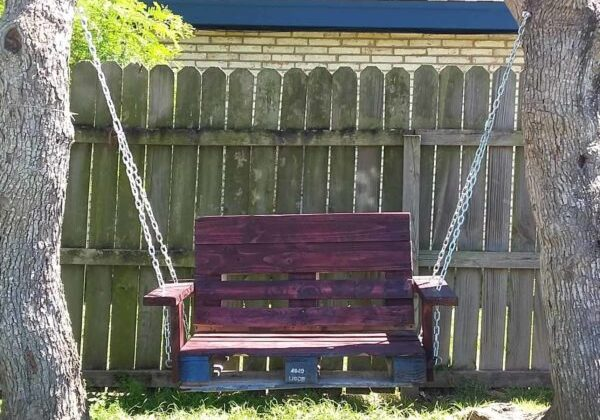 One Single Pallet Into a Garden Swinging Chair