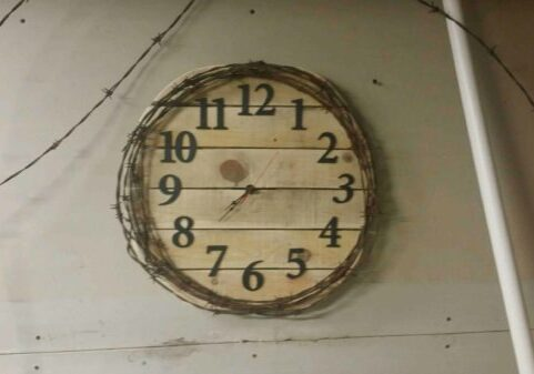 1001pallets.com-pallet-barbed-wire-clock