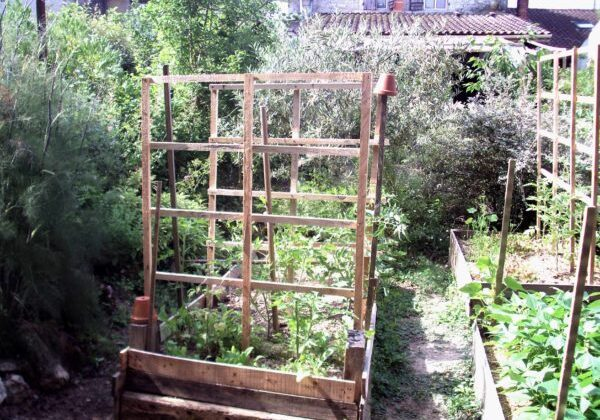 1001pallets.com-pallet-trellis-accessorizes-raised-garden-beds-01