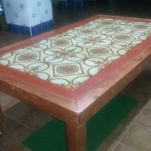 1001pallets.com-table-with-pallet-wood-and-old-tiles