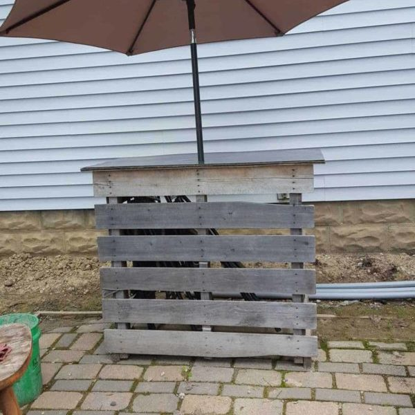 1001pallets.com-patio-bar-with-umbrella
