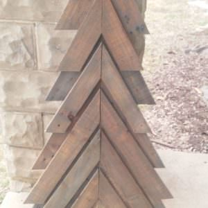 1001pallets.com-pallet-chevron-christmas-tree