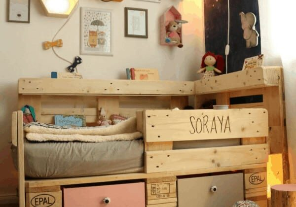 1001pallets.com-romantic-toddler-bed-with-pallets-01