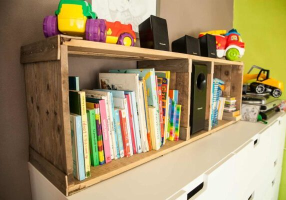 1001pallets.com-rustic-pallet-bookshelves-for-kid-s-room-etagere-rustique-en-bois-de-palettes-06