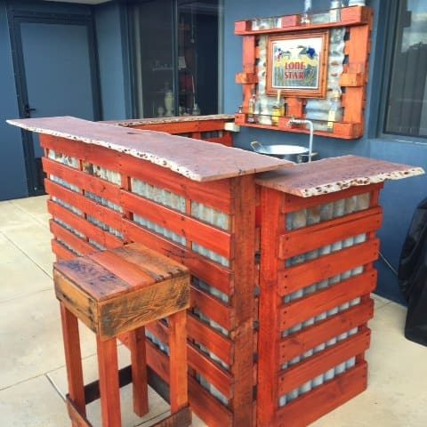1001pallets.com-rustic-outdoor-bar-area-made-from-pallets-shipping-cratesrecycled-wood-and-old-tin