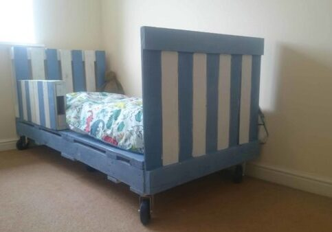 1001pallets.com-transitional-children-s-pallet-bed-on-wheels-01