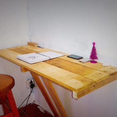 1001pallets.com-wall-mounted-pallet-office-desk